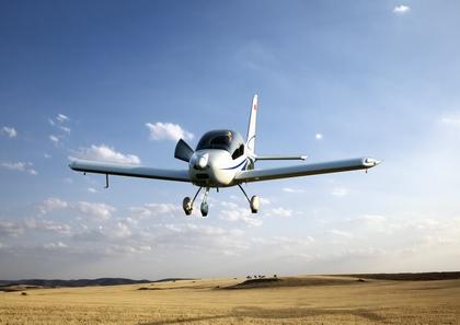 下单翼,常规气动布局轻型运动飞机,主体结构为高强度碳纤维,气动外形