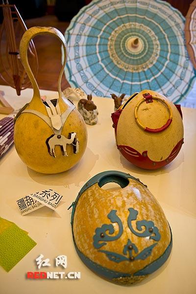 (以新疆少数民族乐器为造型元素设计的家居装饰品.)图片